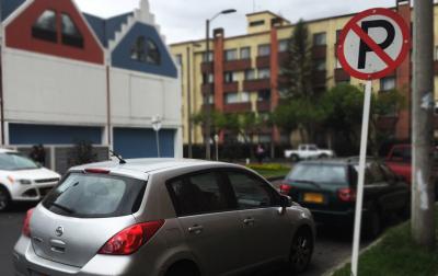 Carro estacionado en la señal de no parquear. Foto: Lina Saavedra. MovidaCapital.
